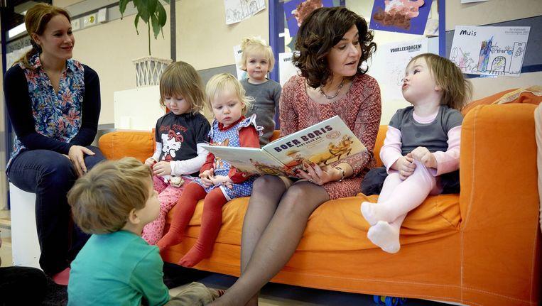 In het kader van het Nationale Voorleesdagen las Anouchka van Miltenburg in kinderopvang De Kleine Kamer voor. Beeld anp