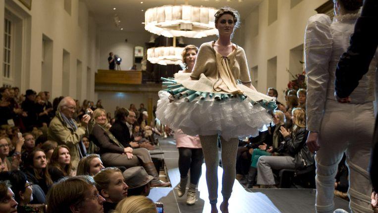 Museumnacht 2009: Kleding ontworpen door jonge modeontwerpers geinspireerd door kleding die Tsaren en Tsarinnen droegen tijdens een modeshow in de Hermitage Beeld ANP
