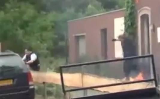 Agenten rennen voor hun leven als Ruiter hen bestookt met molotovcocktails