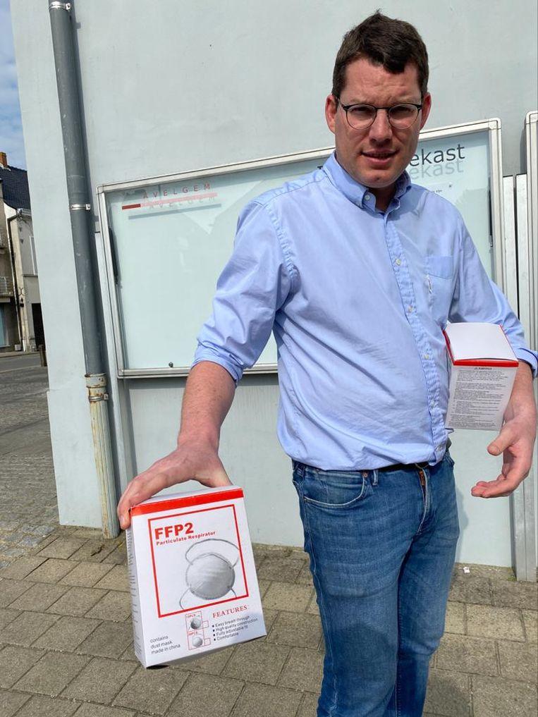 Apotheker Bart Booy toont een doos met de felbegeerde maskers.