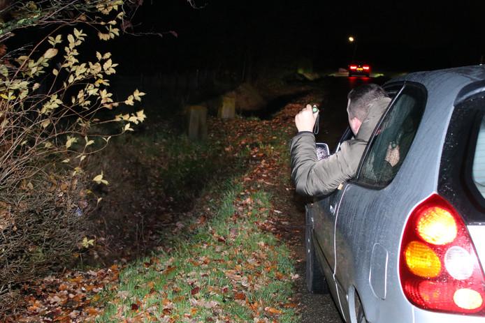 Inwoners van Yerseke zijn met auto's op zoek naar hun vermiste dorpsgenoot.