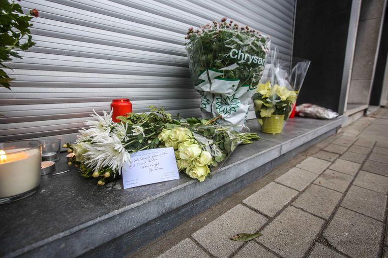 Aan de bakkerij werden gisteren bloemen, kaarsjes en knuffels achtergelaten.
