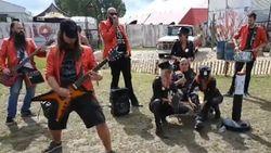 Sexy dames en serenade van schlagerrockers: dit gebeurt als je op de rode knop drukt op metalfestival Alcatraz