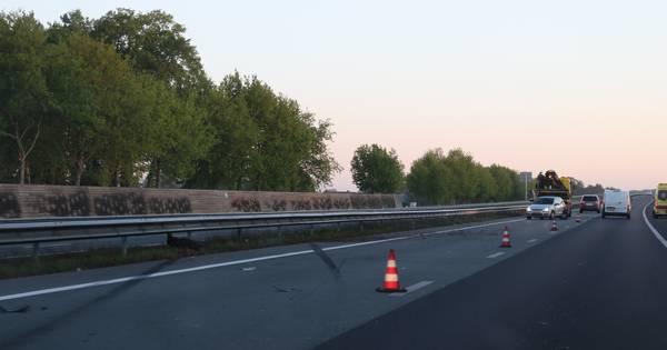 Eén gewonde bij ongeluk op de A30 bij Lunteren: snelweg afgesloten.