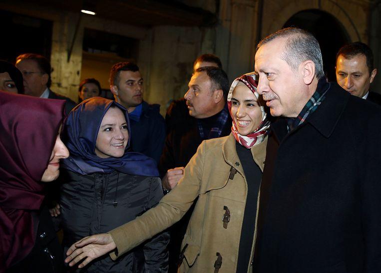 President Erdogan begroet samen met zijn dochter Sumeyye aanhangers in Instanboel.