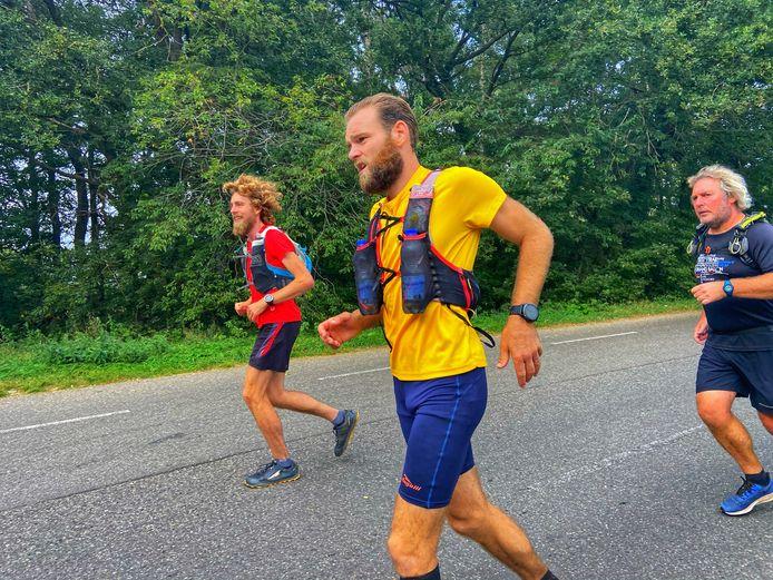 Gerben Oevermans (geel shirt) uit Ridderkerk raffelde het Pieterpad van bijna 500 kilometer af in 88 uur en 45 minuten.