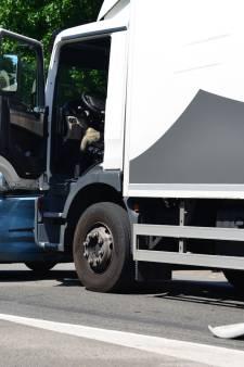 Auto overdwars meegesleept door vrachtwagen door misverstand bij stoplicht in Helmond