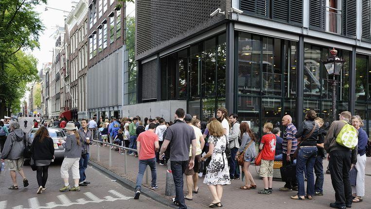 Toeristen staan donderdag in de rij voor het Anne Frankhuis in Amsterdam. Beeld ANP