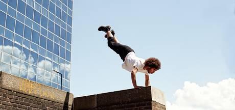 Freerunner opent IJsselsportkamp voor jeugd Wijhe met spectaculaire stunts