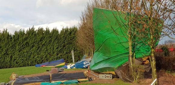 De mat van het hoogspringen kwam in een bomenrij terecht aan het Houtemveld in Tienen