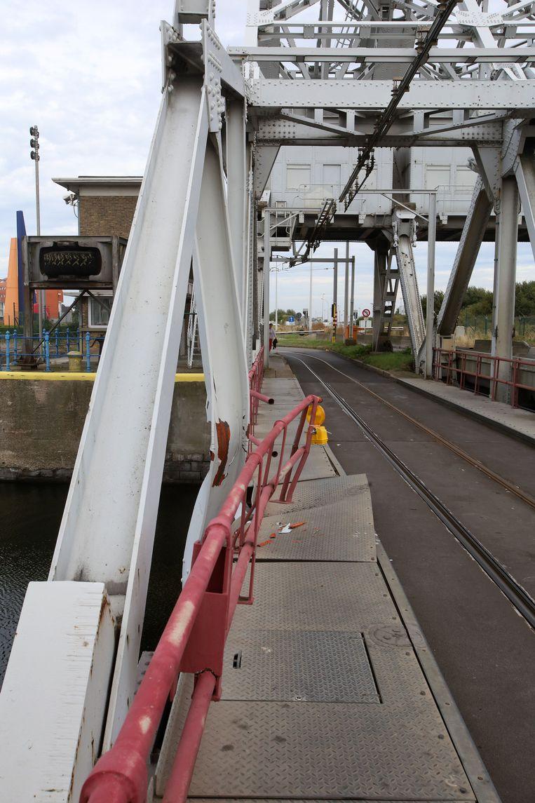 De reling en het brugdek zelf hebben schade opgelopen.