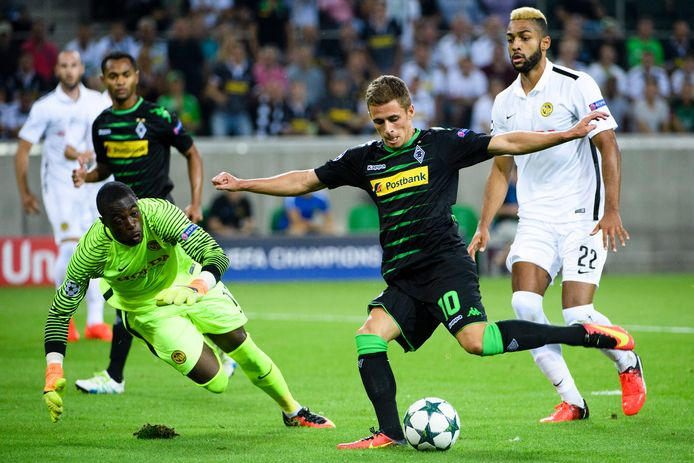 Yvon Mvogo wordt in 2016 namens Young Boys gepasseerd door Thorgan Hazard van Borussia Mönchengladbach.