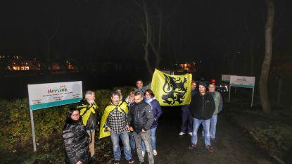 Tiental actievoerders houdt optocht tegen tijdelijk asielcentrum in Bredene