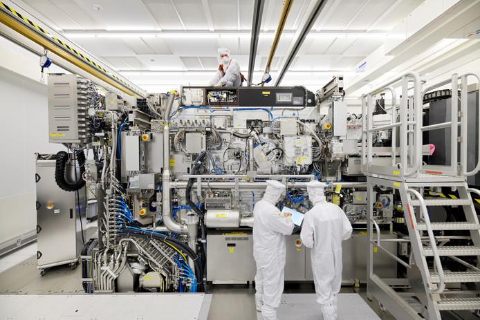 Medewerkers van ASML bezig met de installatie van een EUV-machine in Veldhoven.