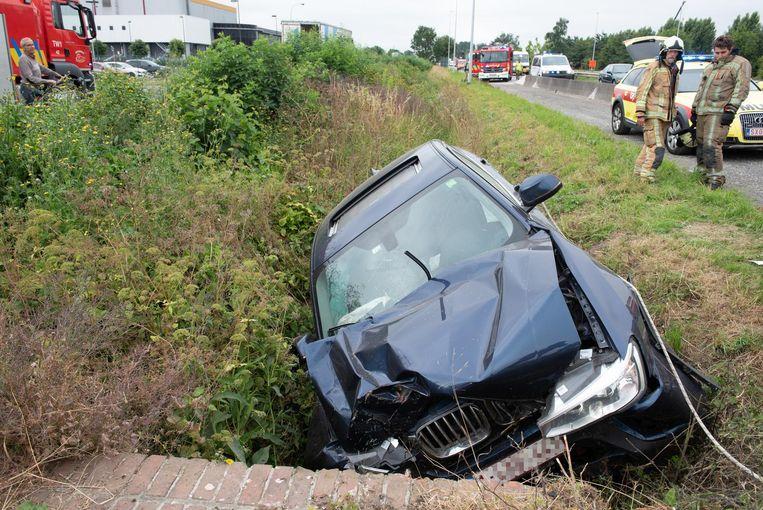 Bij een ongeval op de N60 geraakte een bestuurder gekneld in zijn wagen.