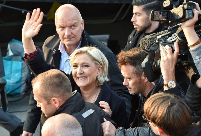 De laatste dag strijd voeren: Marine Le Pen wuift naar haar aanhangers in Ennemain.