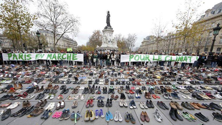 Op de Place de la République in Parijs symboliseren duizenden paren schoenen zondag de geplande klimaatmars. De echte mars werd uit veiligheidsoverwegingen verboden. Beeld reuters