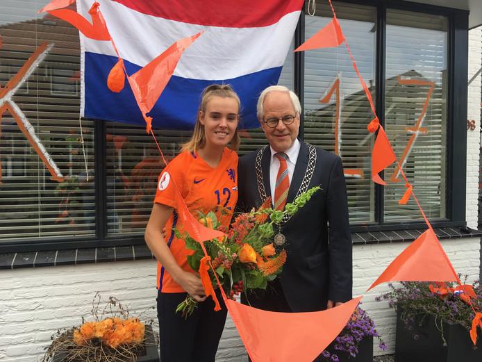 Burgemeester Theo Schouten feliciteert voetbalster Jill Roord uit Oldenzaal met haar Europese voetbaltitel.