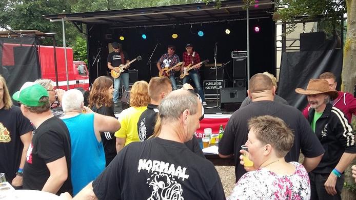 De band Kisjeskearls zorgde al vroeg op de middag voor sfeer met covers van Normaal.