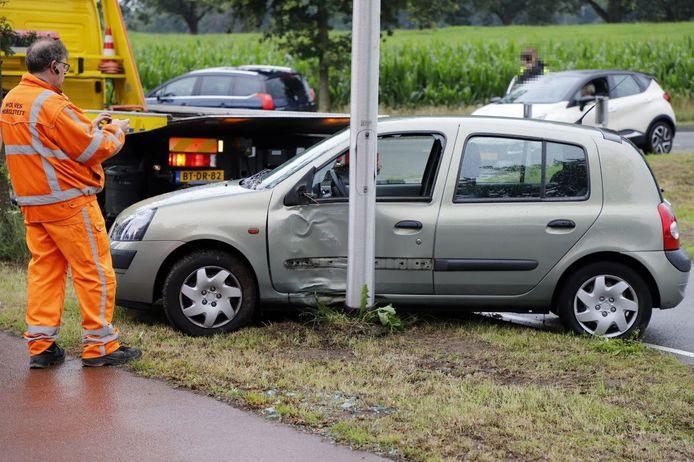 De auto moest na het ongeval worden afgesleept.