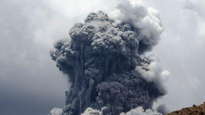 90 schoolkinderen en toeristen vluchten van uitbarstende Tongariro