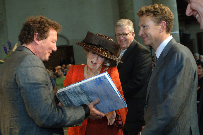 Beatrix nam in 2008 in Middelburg het eerste exemplaar van het  jubileumboek 'PZC 250 jaar' in ontvangst uit handen van Jan van Damme. Achter Beatrix Ad Verrest (destijds directeur/uitgever van BN/DeStem en PZC), en rechts voormalig PZC-hoofdredacteur Peter Jansen.