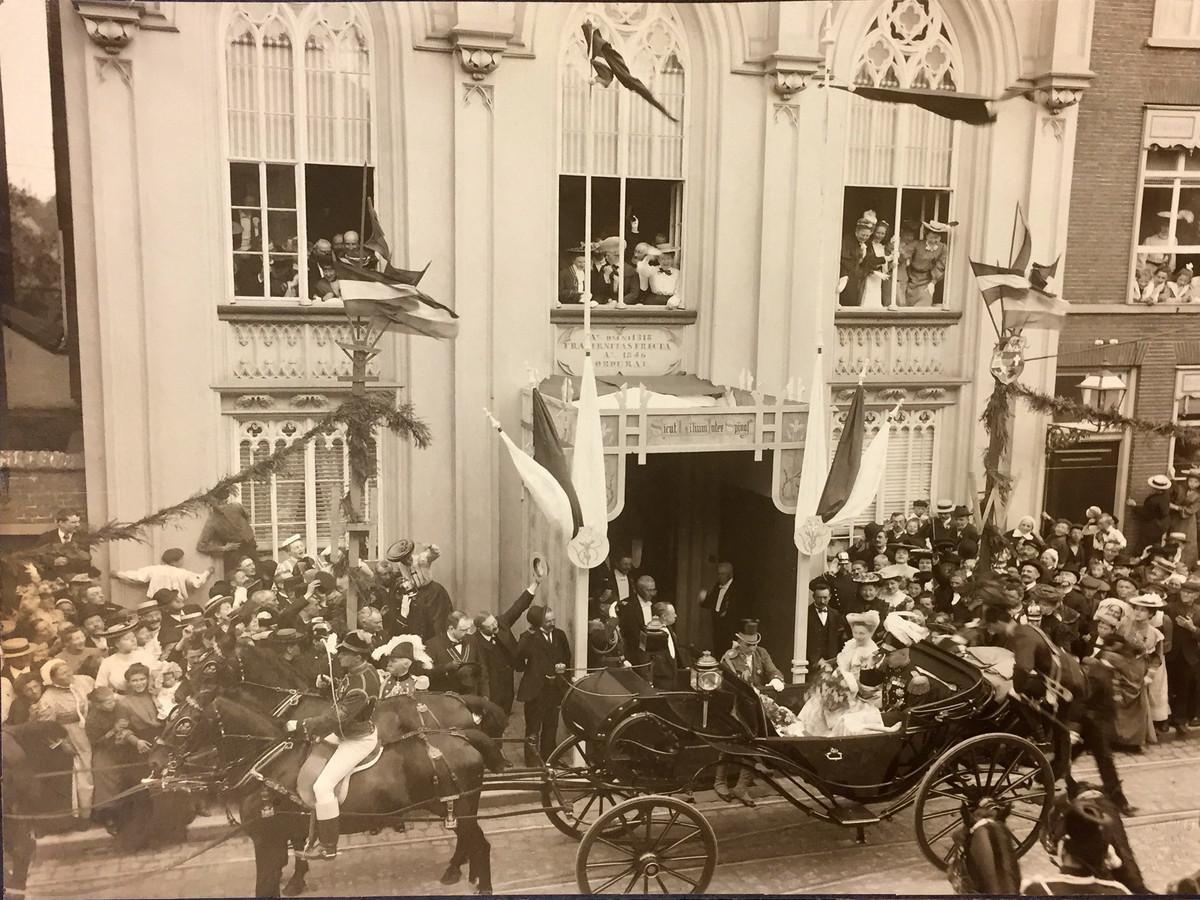 Koninklijk bezoek van  Wilhelmina en Prins Hendrik aan het Bossche Zwanenbroedershuis in 1904.