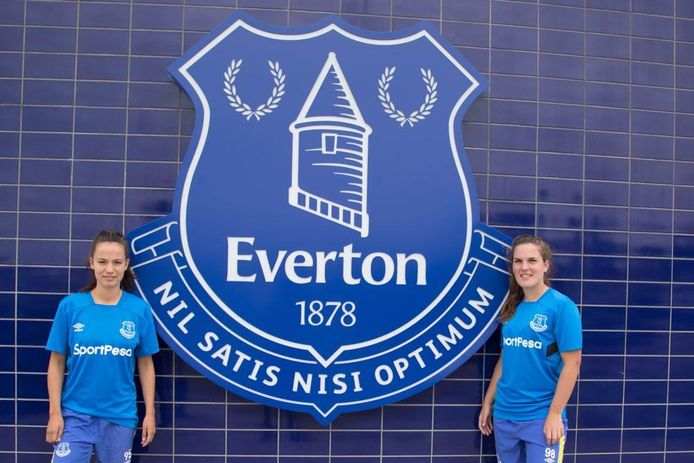 Marthe Munsterman (links) en Siri Worm maakten de stap naar Everton.