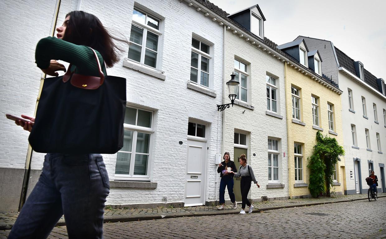 De woningen van de burgemeester van Maastricht aan de Looiersgracht worden van elkaar gescheiden door de lantaarn aan de gevel. Beeld Marcel van den Bergh / de Volkskrant