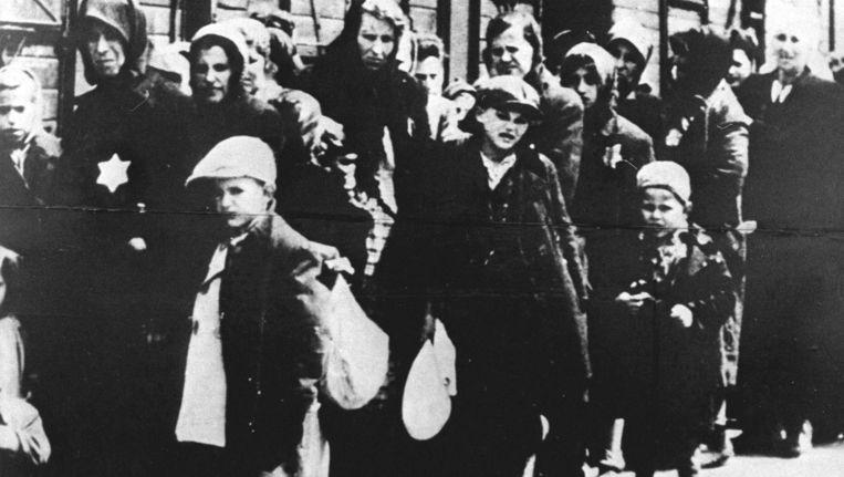 Mei 1942, Joodse mensen worden door de Duitsers op transport gezet richting concentratiekampen. Beeld anp