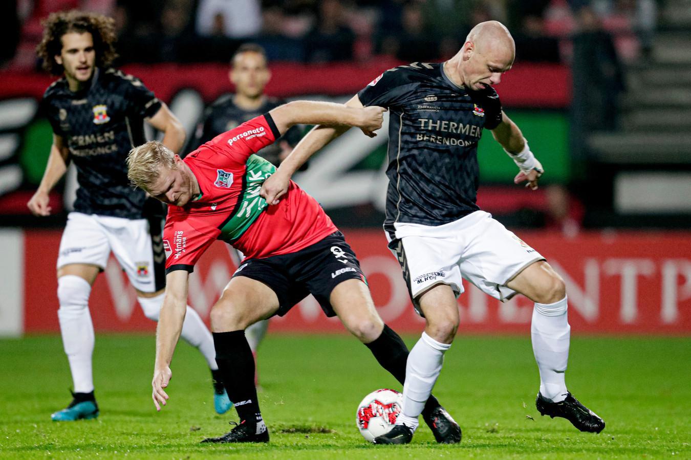 Mart Dijkstra legt het namens NEC af in duel met Elmo Lieftink van Go Ahead Eagles