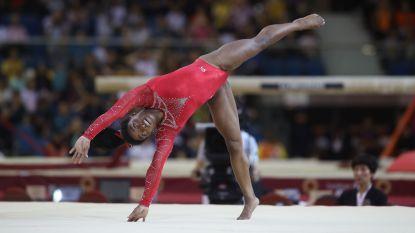 Simone Biles verovert aan de grond veertiende wereldtitel uit haar carrière - Zonderland pakt goud aan de rekstok