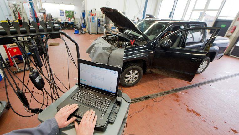 Een Volkswagen krijgt een software-update. Beeld EPA