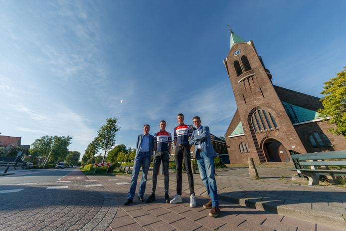 De bestuursleden Jac van Leent (r) en Johan Bosters met de lokale renners Mathijs de Kok (l) en Gianni Pavone op start en finish in Welberg.