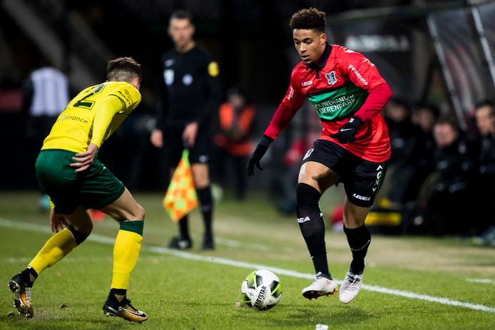 NEC-speler Arnaut Groeneveld (rechts) in duel met Fortuna Sittard-speler Clint Essers.