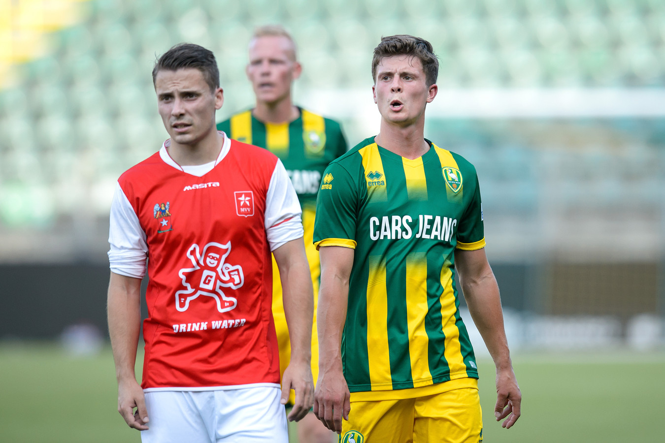 Dean Koolhof (links) is in beeld bij Helmond Sport.