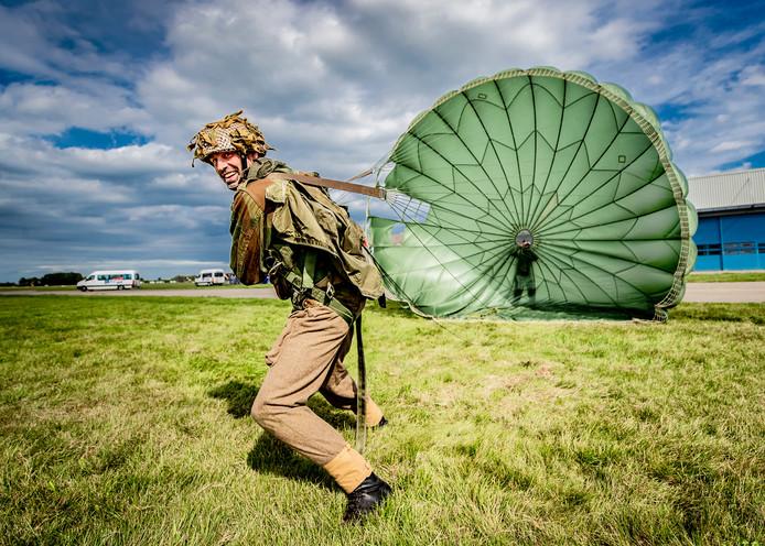 Marcel Elbersen van de Pathfinder Group oefent op vliegveld Teuge.
