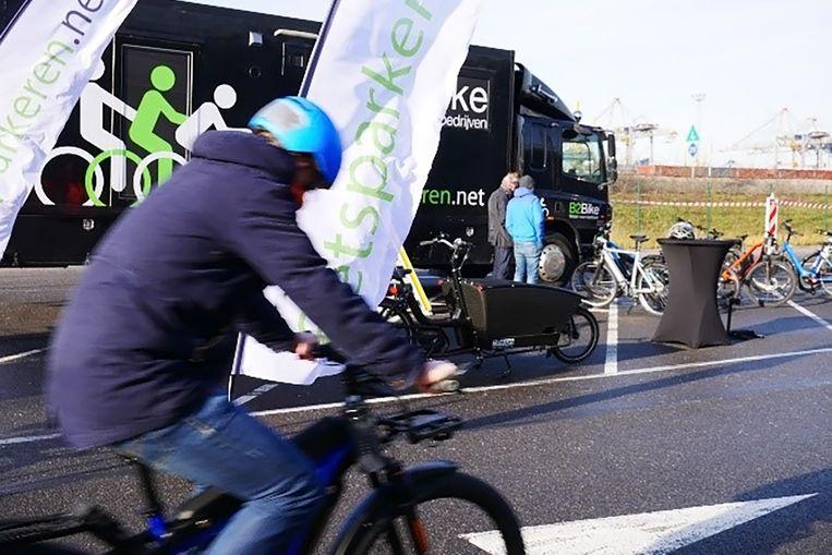 Voor speedbikes moeten medewerkers verplicht een helm dragen en les volgen.