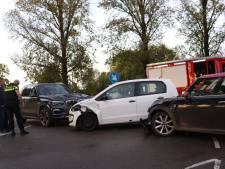 Twee gewonden bij botsing tussen drie auto's in Benschop