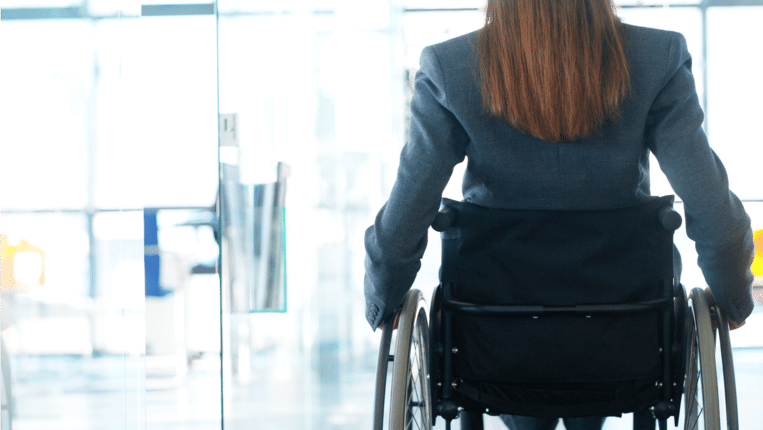 Patiënten met MS zeggen dat zij door Fampyra beter kunnen lopen waardoor zij langer uit de rolstoel kunnen blijven.  Beeld ThinkStock