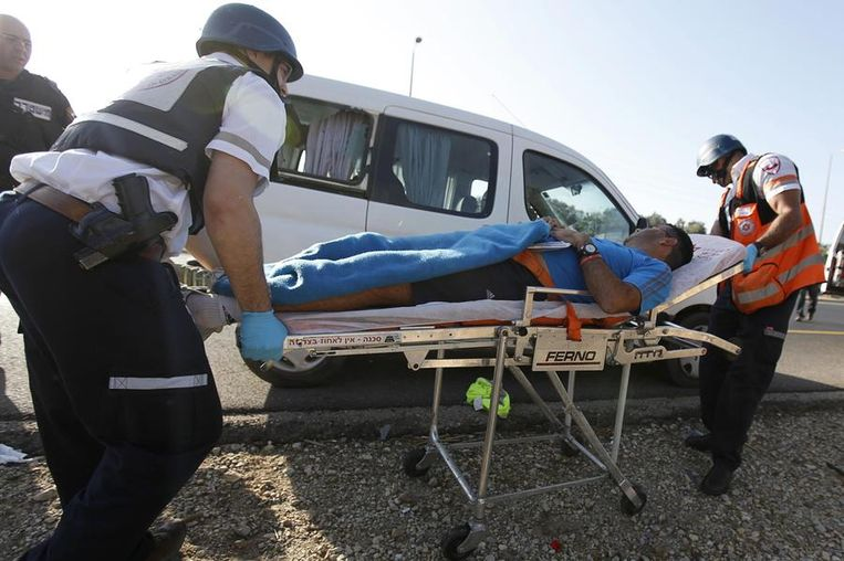 Een Israëlische gewonde wordt weggebracht door een ambulance.