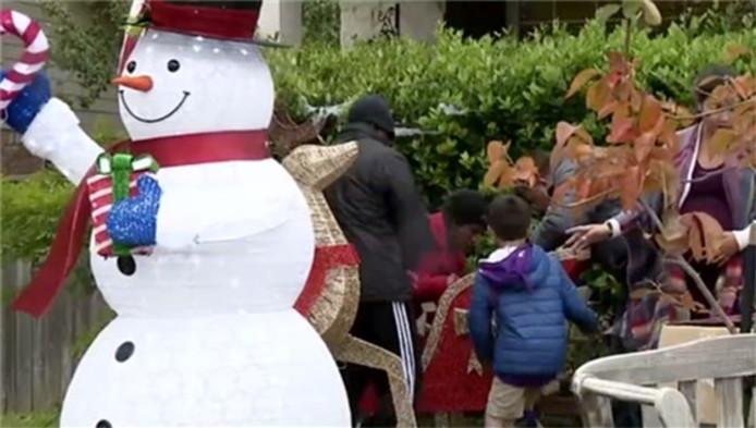 Cette famille au Texas a mis ses décorations de Noël trop tôt selon ses voisins.