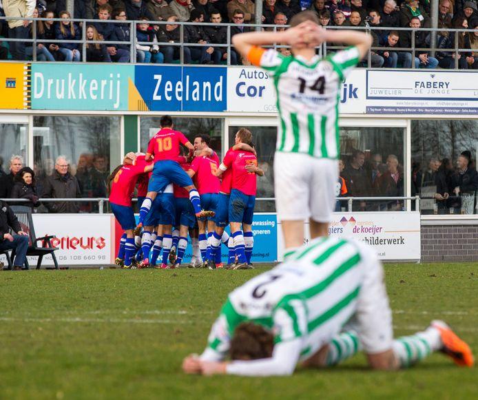 Hoek viert in februari 2014 feest na de late 1-2 van Nick de Groote, Kloetinge treurt. Een paar minuten later viel alsnog de gelijkmaker van Mark Schuit.
