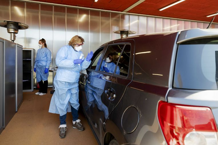 Drive-in waar medewerkers getest worden op corona vanuit hun auto. Beeld ANP