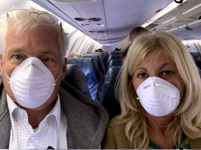 Roel Dijkstra en Sia de Buf op hun vlucht van Washington naar New York, die nog vrij rustig verliep. Dat was van New York naar Amsterdam wel anders.