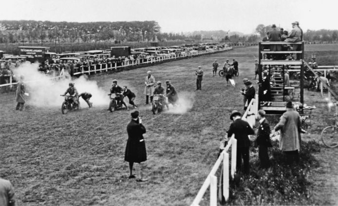Dordrecht was een motorstad. In de jaren dertig werden op het sportpark Reeweg ook motorraces gehouden.