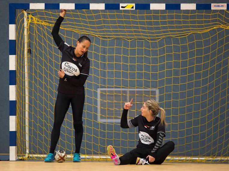 Pearl van der Wissel (links) en Estavana Polman tijdens een training in Magdeburg. Beeld André Weening / Orange Pictures