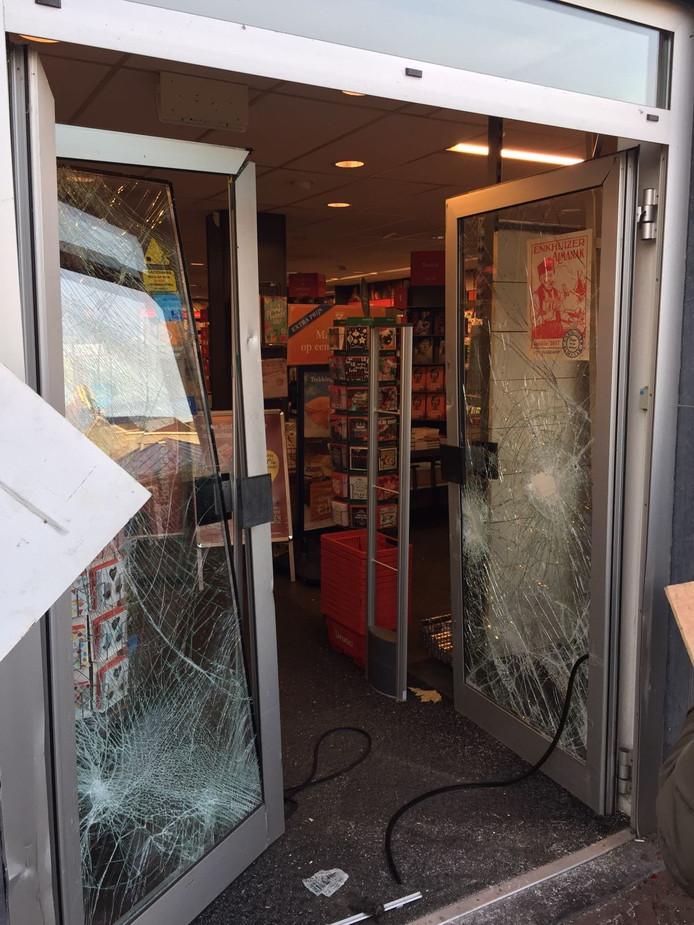De beschadigde deur van de Bruna in Rhenen na de ramkraak.