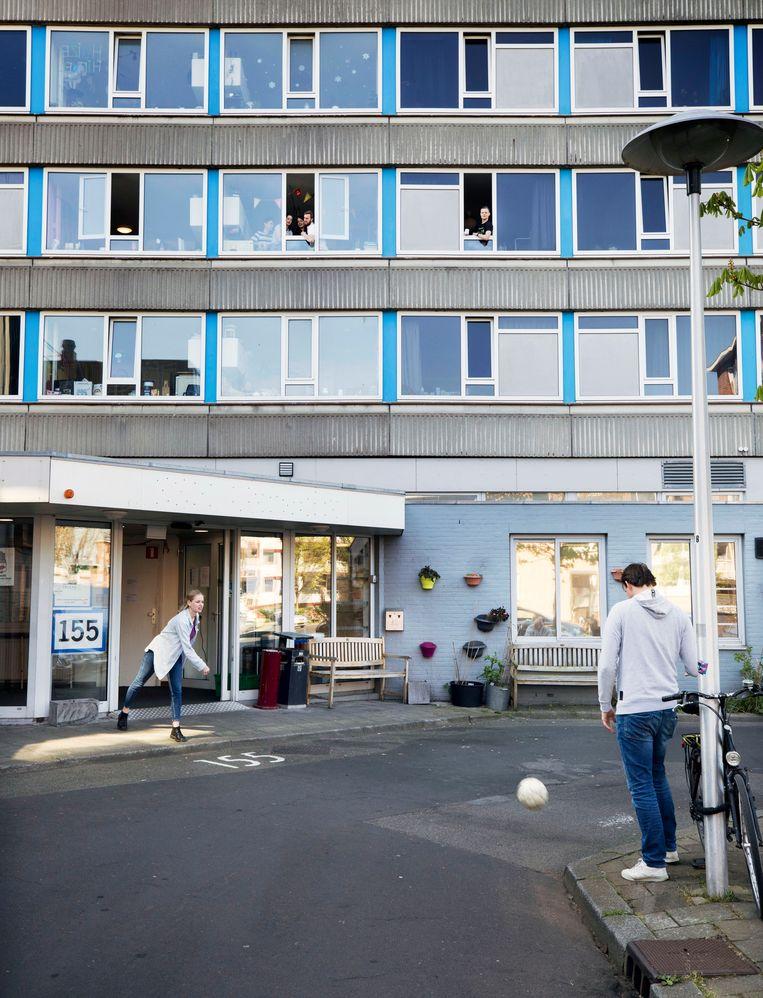 Sociale afstand houden bij een studentenwooncomplex in Utrecht. Beeld Werry Crone