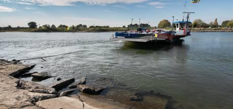 Veerponten op IJssel dreigen vast te lopen door lage waterstand